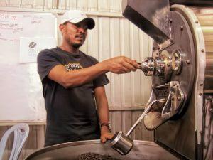 Traditionelle Kaffeeröstung im Trommelröster