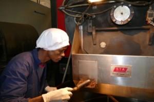 Unser Röster in Addis Abeba. Er guckt genau hin um den richtigen Röstgrad zu erwischen. Ein paar Sekunden können entscheidend sein. Zewdu Worku ist 33 Jahre alt hat eine kleine Tochter. Er arbeitet seit 2 Jahren als Kaffeeröster.